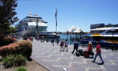 "The world's three most beautiful harbor ""Circular Quay"" - the southern hemisphere's largest tourist centers -"